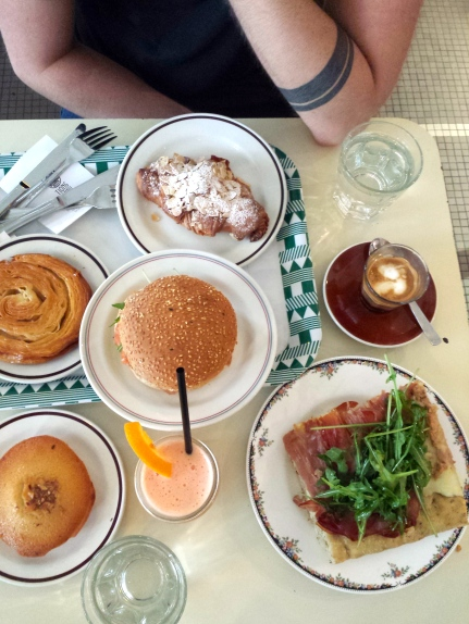 Mocha, jus pamplemousse/orange, focaccia prosciutto, bagel saumon, financier, croissant aux amandes et… kouign-amann (sisi!)