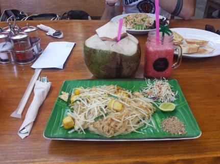 Le plat nationnal Thaï, le pad thaï chicken au tofu ( je raffole du tofu depuis que je vis en Asie !), jus de fraise et jus de coco