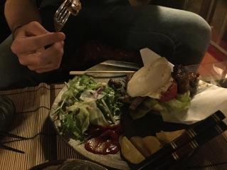 Burger samouraï au bœuf de Kobé et travers de porc